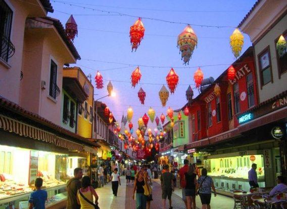 Winkelstraatje in Kusadasi in de avond