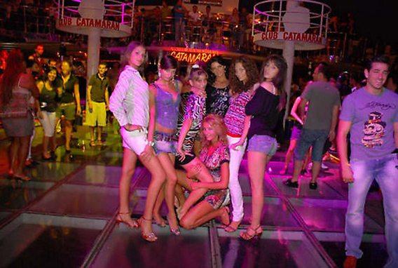 Op de glazen dansvloer van Catamaran Club Bodrum
