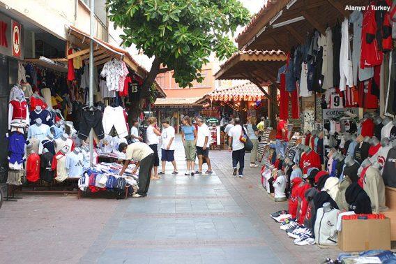 Kledingwinkeltjes in het centrum van Alany