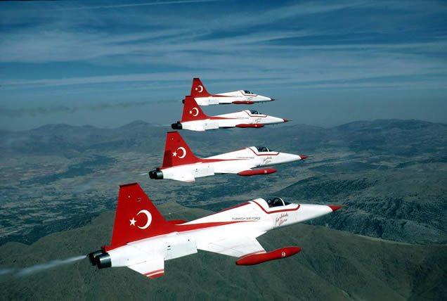 Turkse Luchtmacht geeft show in Nederland