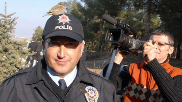 Wilde vogel houdt Turkse politieman gezelschap