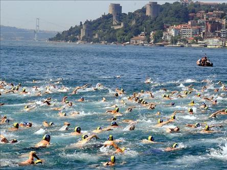 Zwemwedstrijd in de Bosporus trekt veel deelnemers