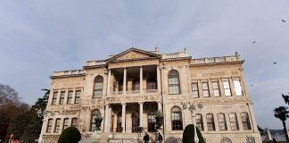 Staat het Dolmabahçe paleis op instorten